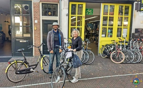 Couple renting bikes in Haarlem